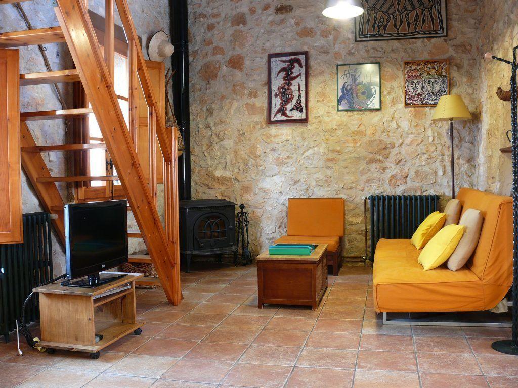 Sofa y estufa de la Casa rural la Pallissa